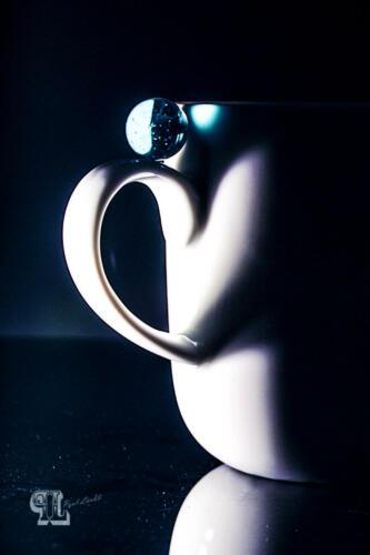 Weisse Tasse mit Kugel
