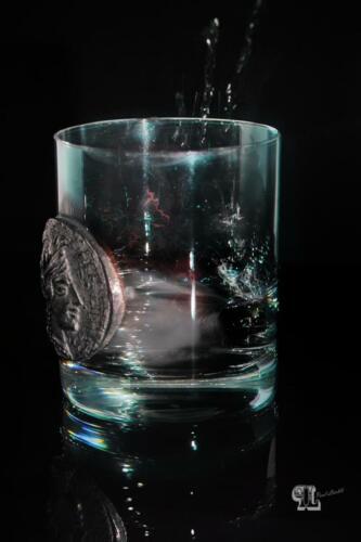Wiskiglas mit Eisspritzer